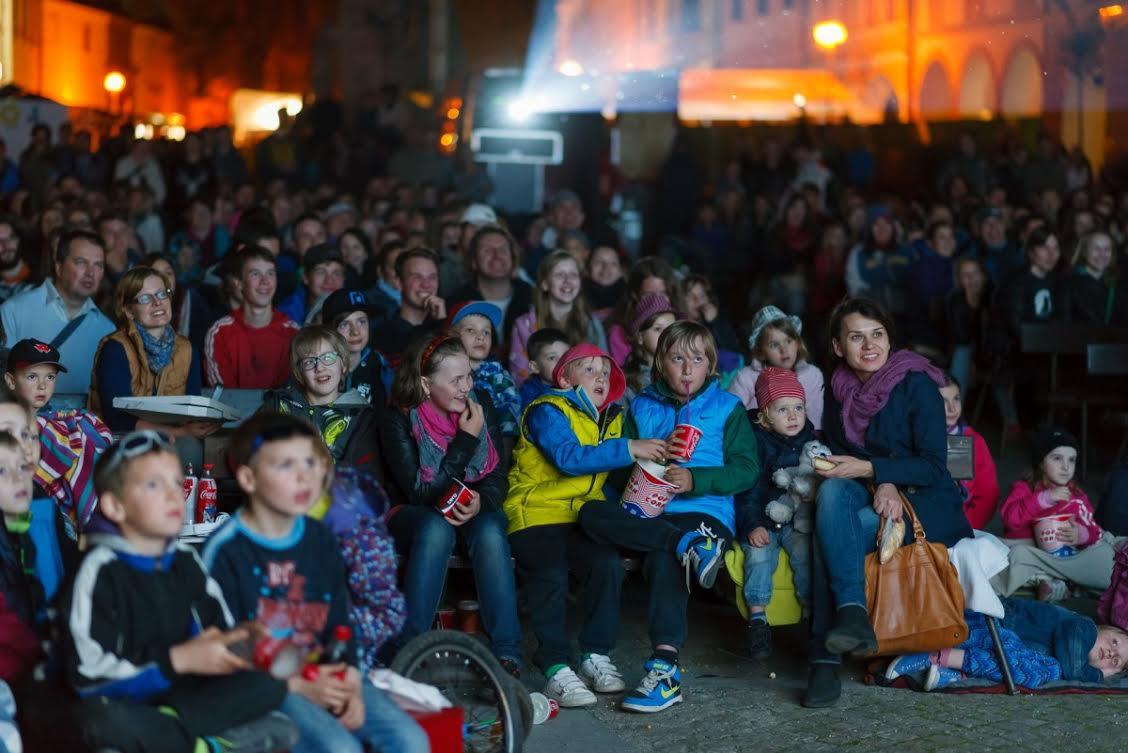 بچهها در سالن فیلم نگاه میکنند