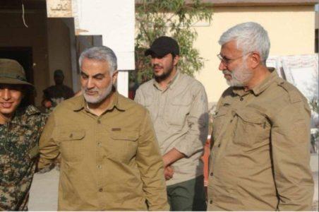گفته میشود که فردی که کلاه سیاه به سر دارد، محمود موسوی مجد است که در دادگاه به اعدام محکوم شدهاست